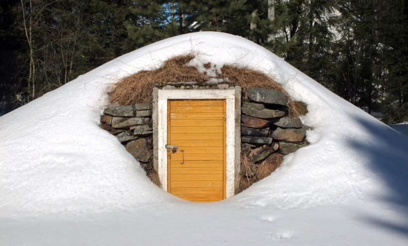 Root_cellar_entrance_in_winter