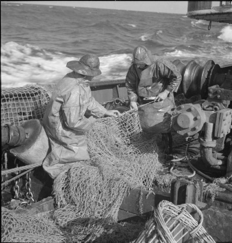 grimsby_trawlers-_everyday_life_with_the_fishermen_grimsby_lincolnshire_england_uk_1945_d24801