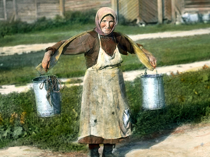 Saint_Petersburg_woman_carrying_buckets_of_water,_near_Leningrad_(1).jpg